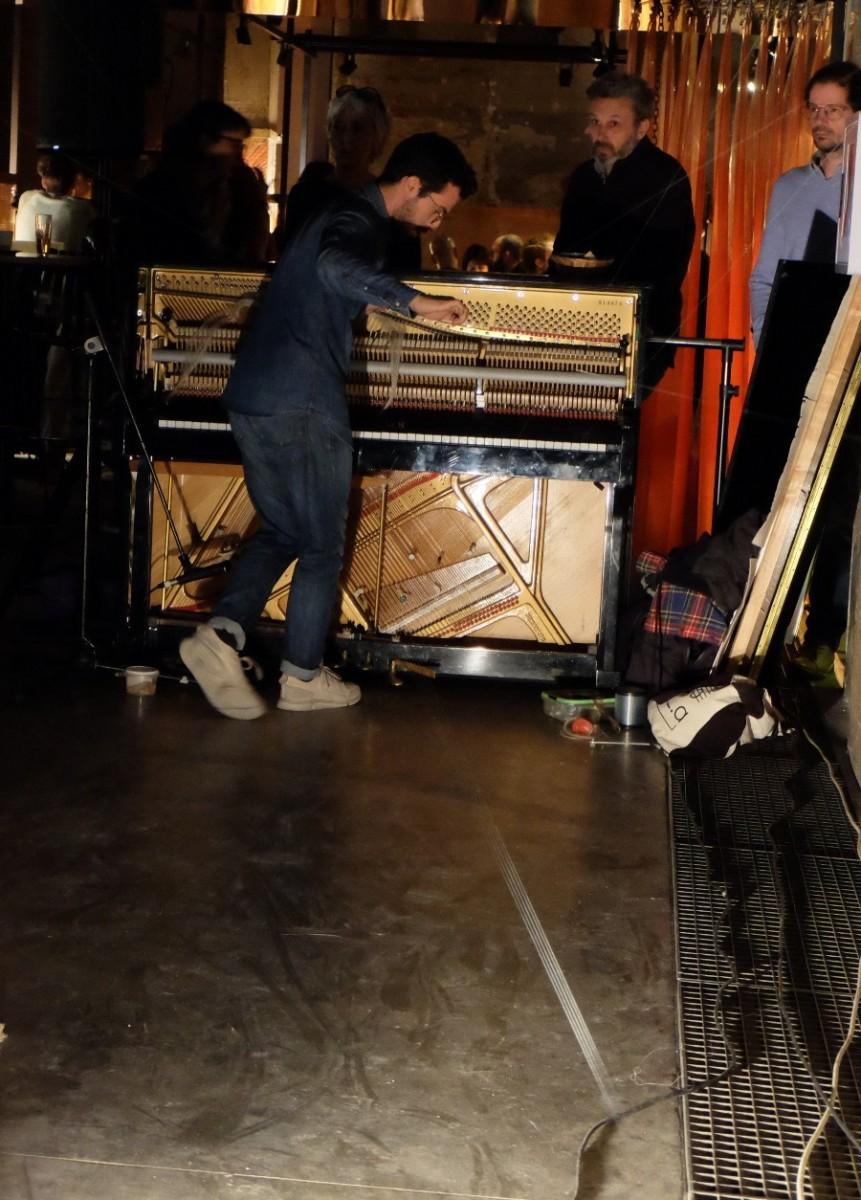 Une perf enivrante avec un piano et du fil de pêche, musique  onirique.