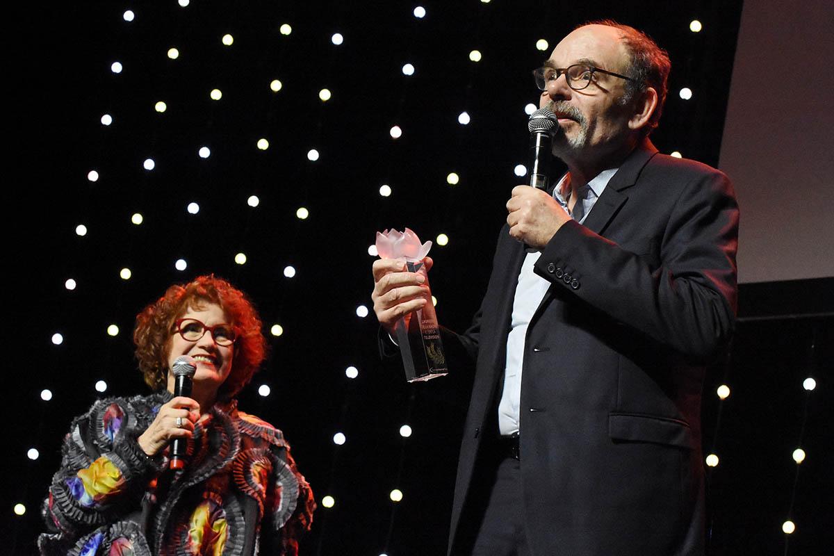 Laurier du Best Actor bien merite A Jean Pierre Darroussin remis par Andrea Ferreol