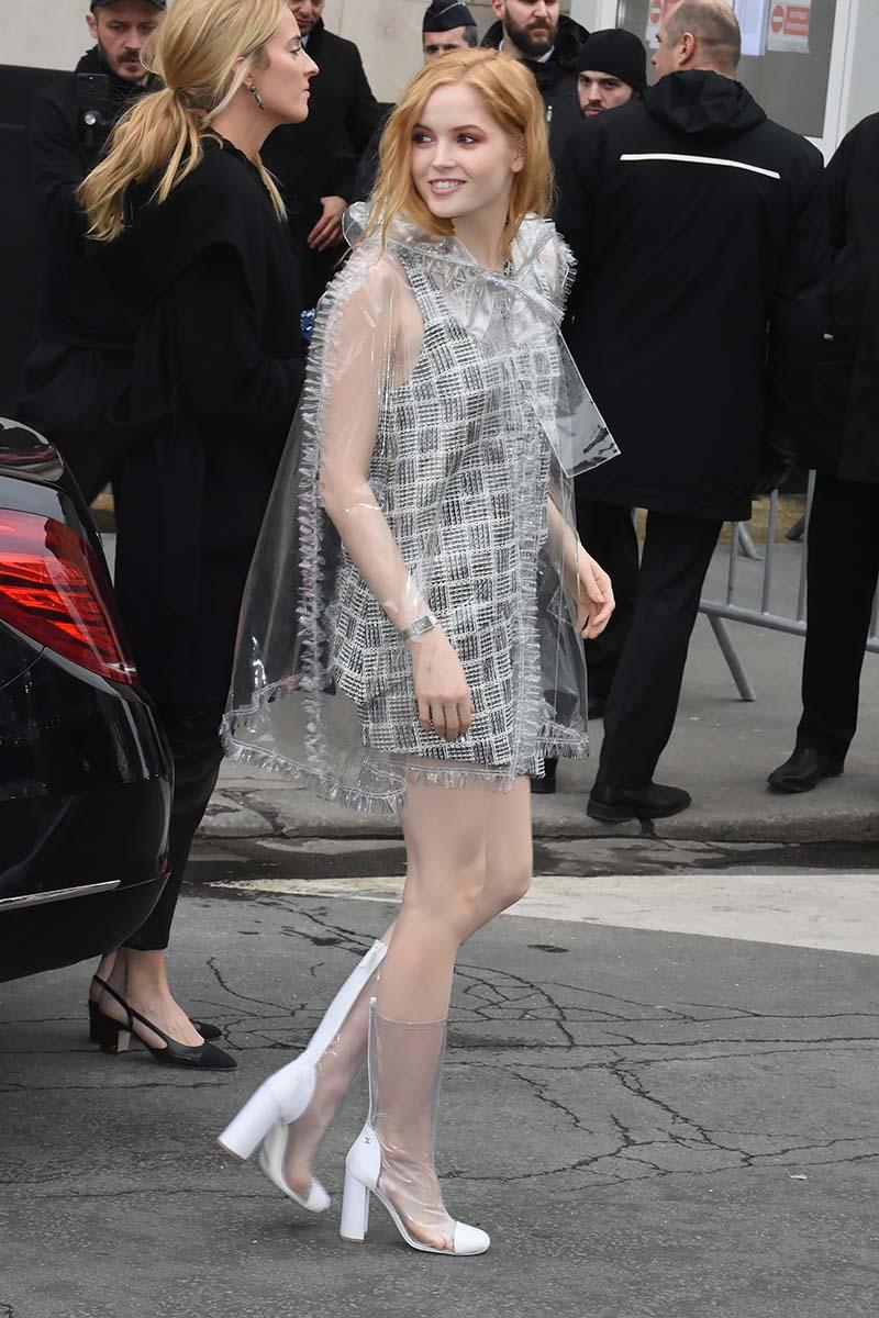 Ellie Bamber Barbille sous blister avec sa panoplie Chanel