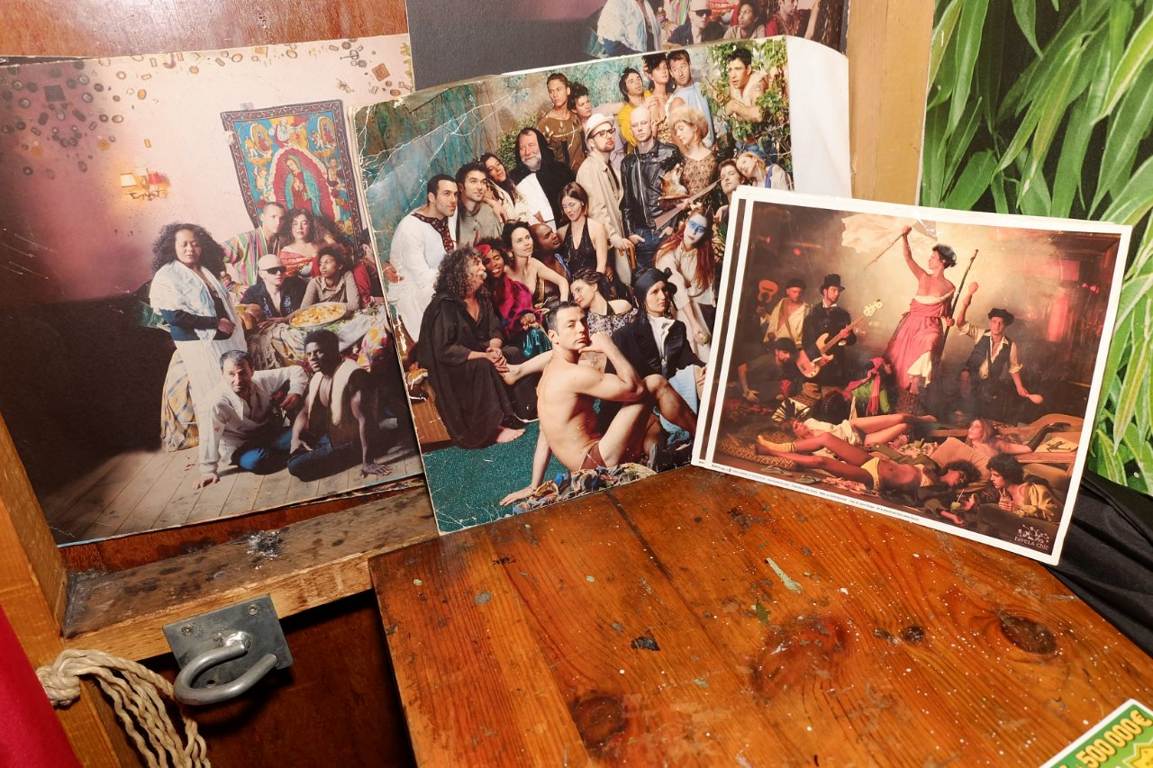 Dans la cabine, retour sur le passé du lieu avec les photos de Marco dos