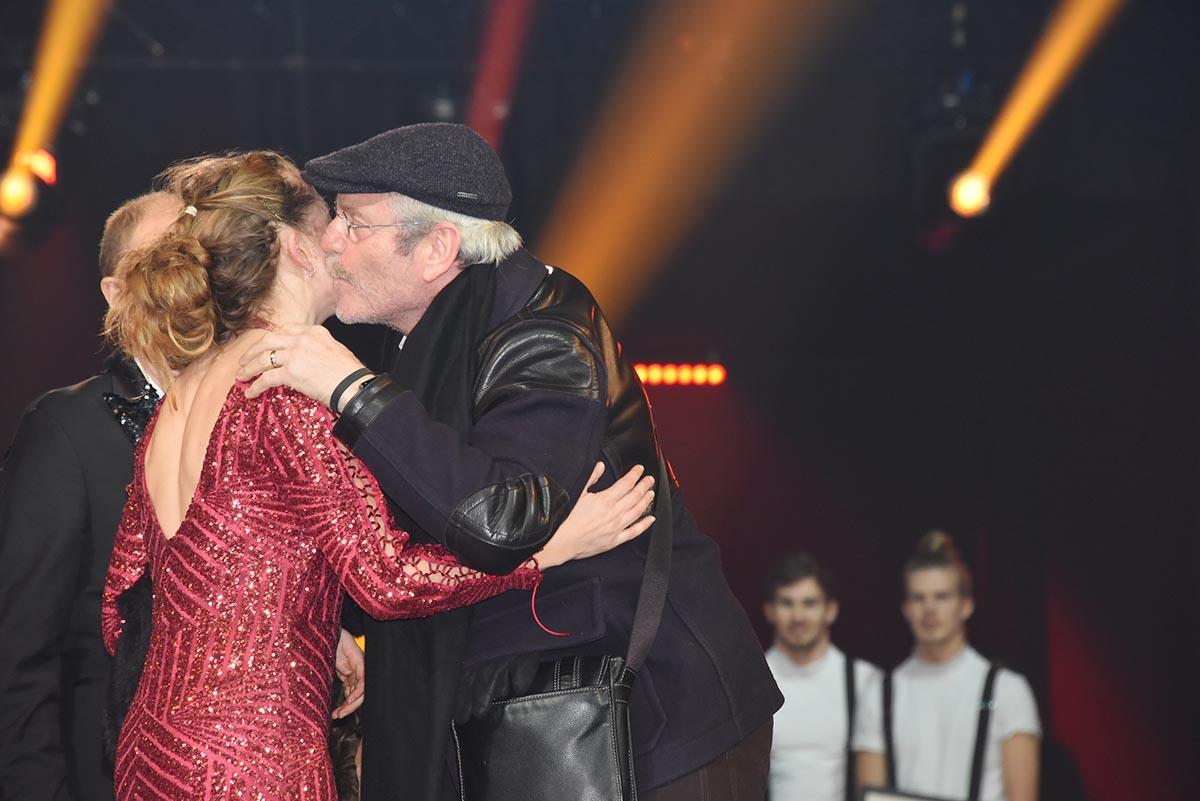 Tcheky Karyo kisse une heureuse gagnante