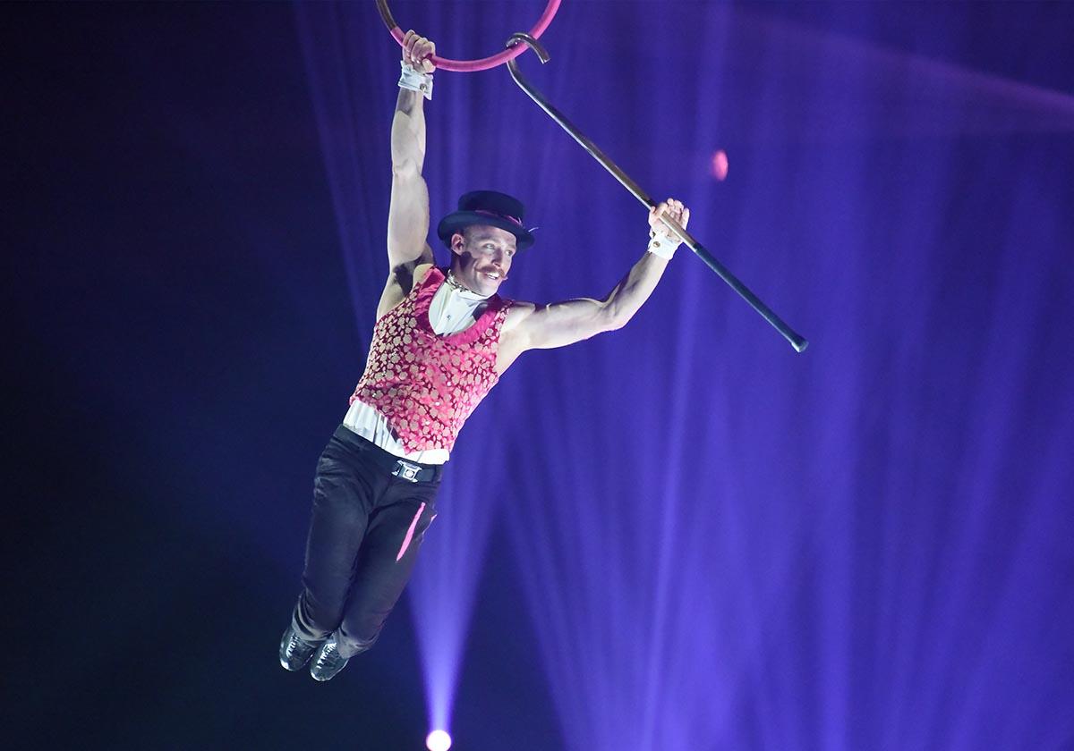 Timber Brown fait le charlot au trapeze