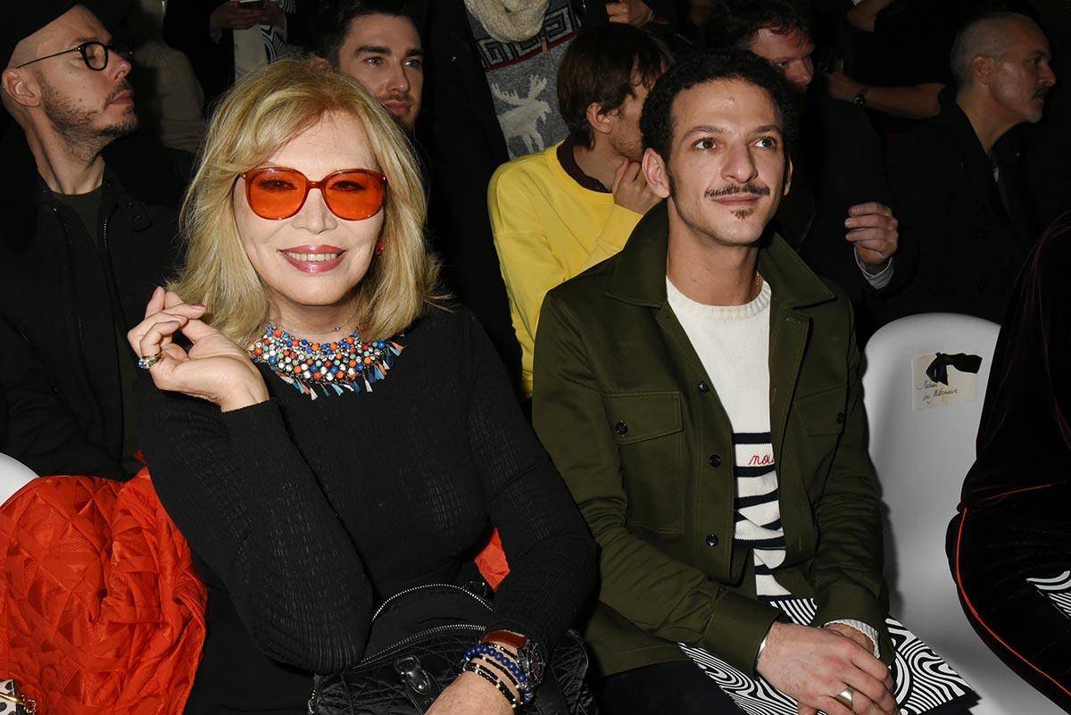 avec ses lunettes 3D Amanda Lear voit la vie et Vincent Dedienne en rose
