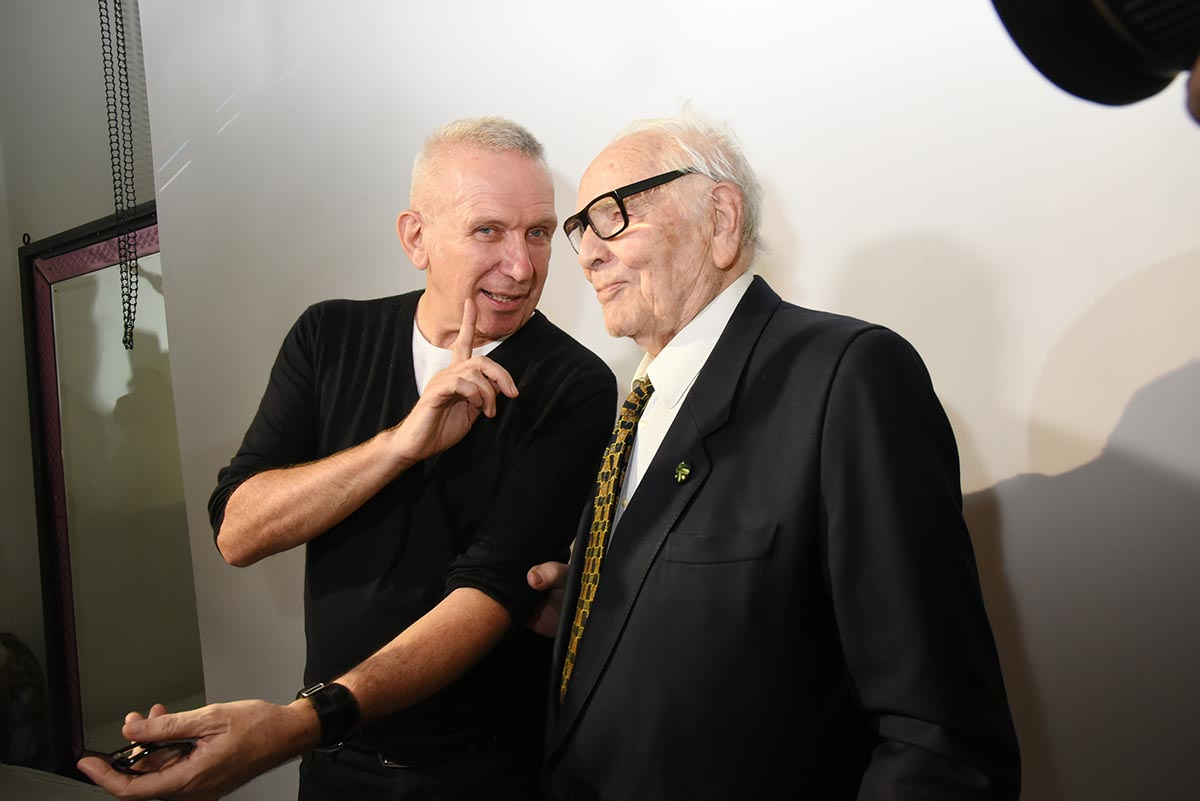 Jean Paul Gaultier rend Au Pape Cardin le psychedlisme Pop de Cardin