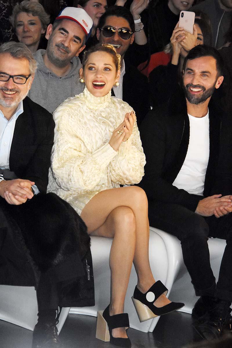 Marion Cotillard illumine le premier rang chez Gaultier ici avec Nicolas Ghesquiere