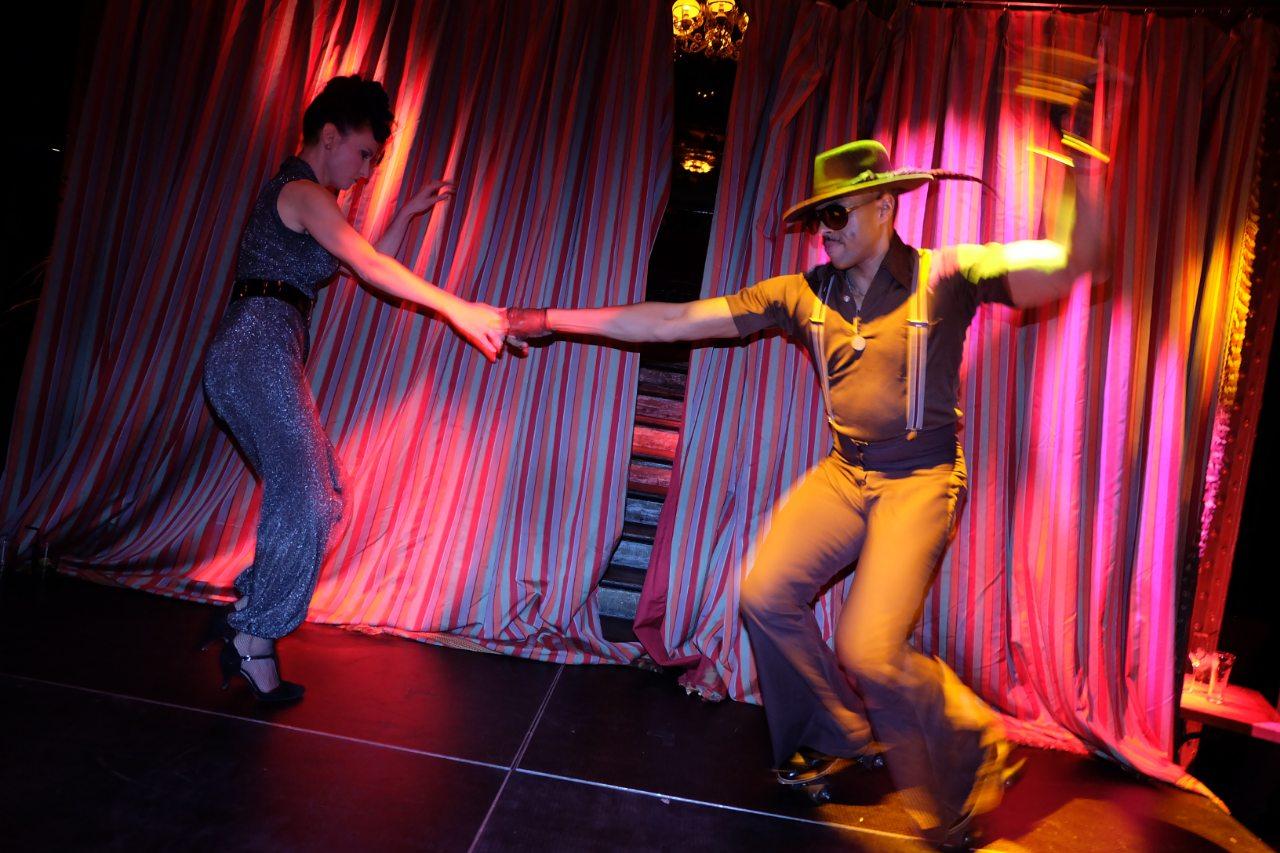 Le patineur tres Soul Train roule pour la Disco