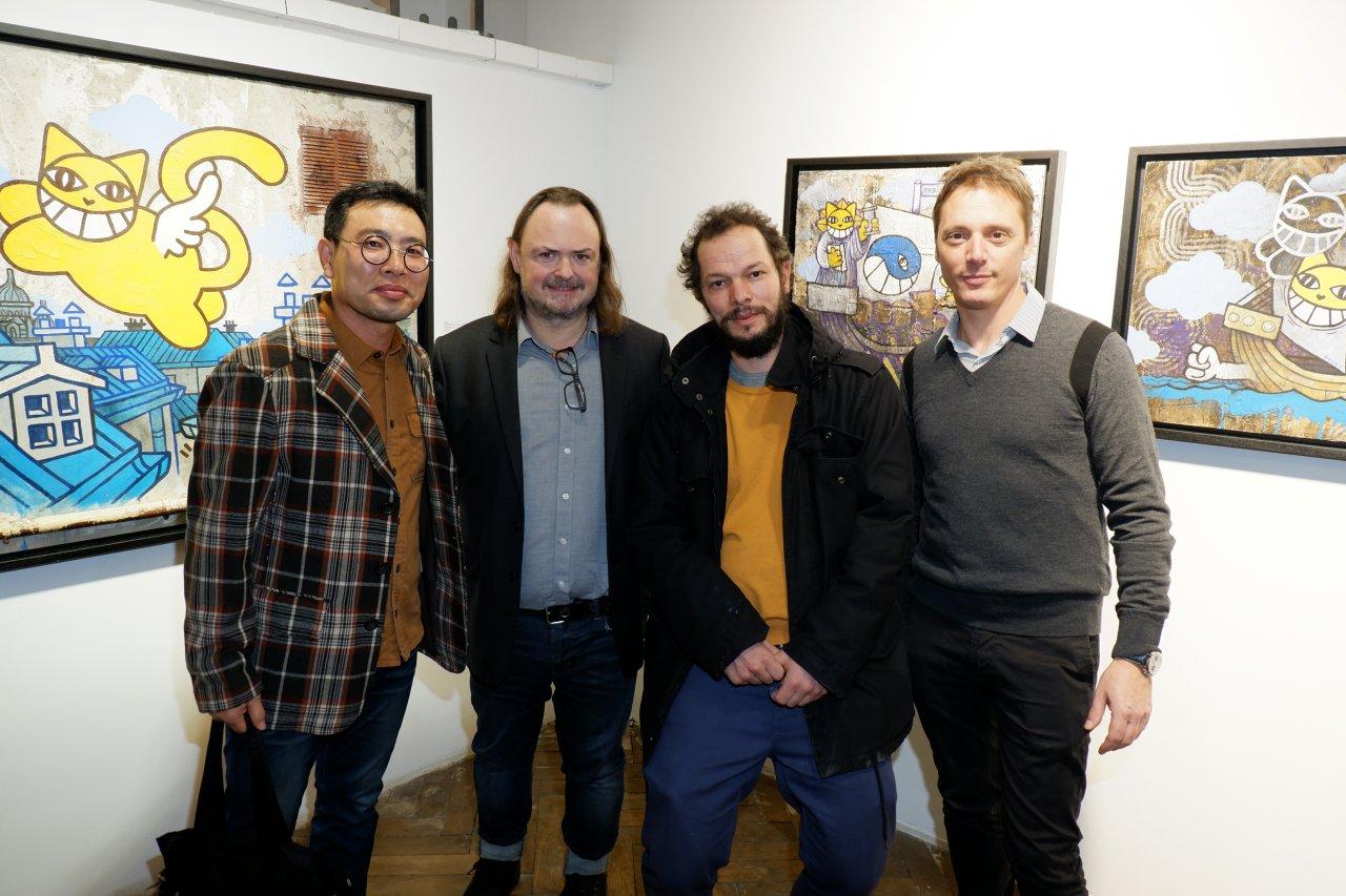 Eric Brugier, M Chat et Laurent Rigail avec un artiste coréen