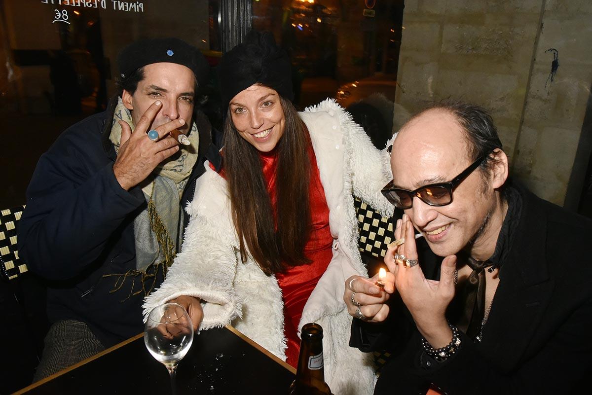 Eva Berberian aere ses poumons dans le compartiment fumeur qu elle partage avec Yan Ceh Nikolas Ker