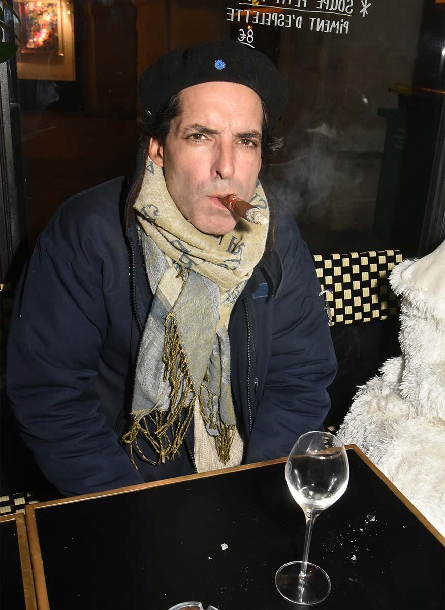 Yan son beret et et son barreau de chaise Ceh Guevaratte