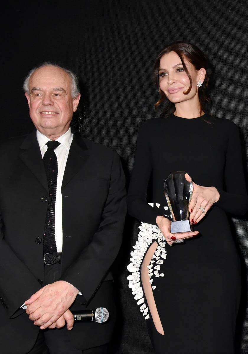 Avec Lola Karimova Frederic Mitterrand ne sait pas ou fourrer son micro