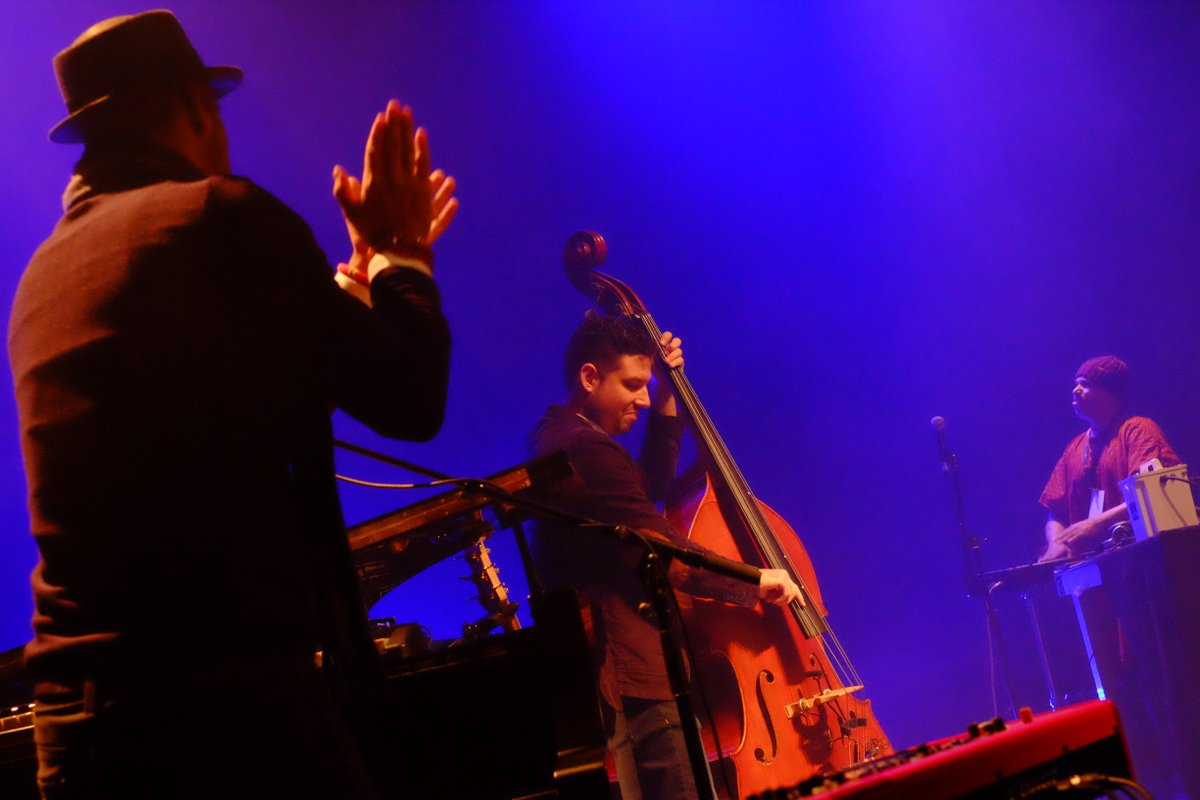Roberto Fonseca monte sur scène avec son bassiste Yandi Martinez et Joaquin Joe Clausell de New York
