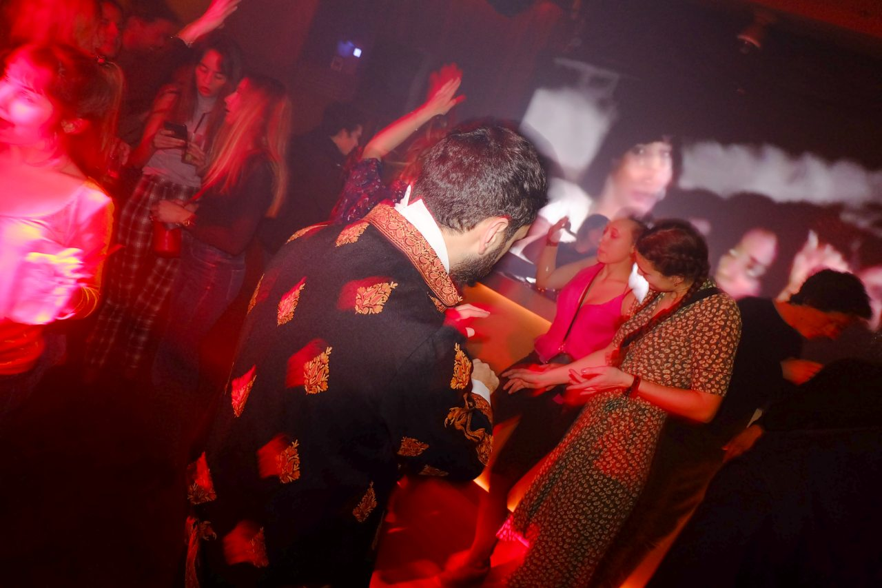 Dandy et danseurs se mixent sur le dancefloor