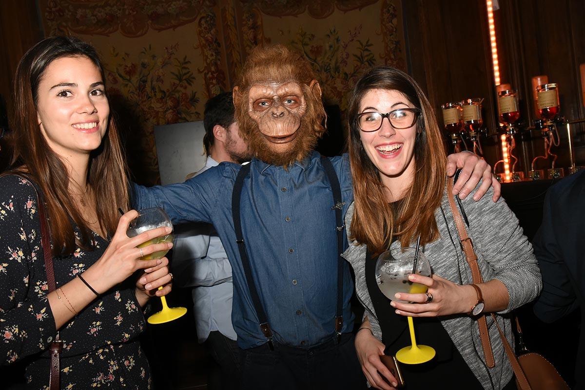 Houba Ce monkey pretend avoir trouve de jolies guenons A sa pointure