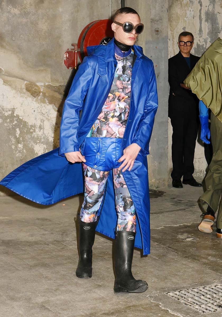Un model imper calcif bleuzaille by Walter Van Beirendonck FW 2018 2019
