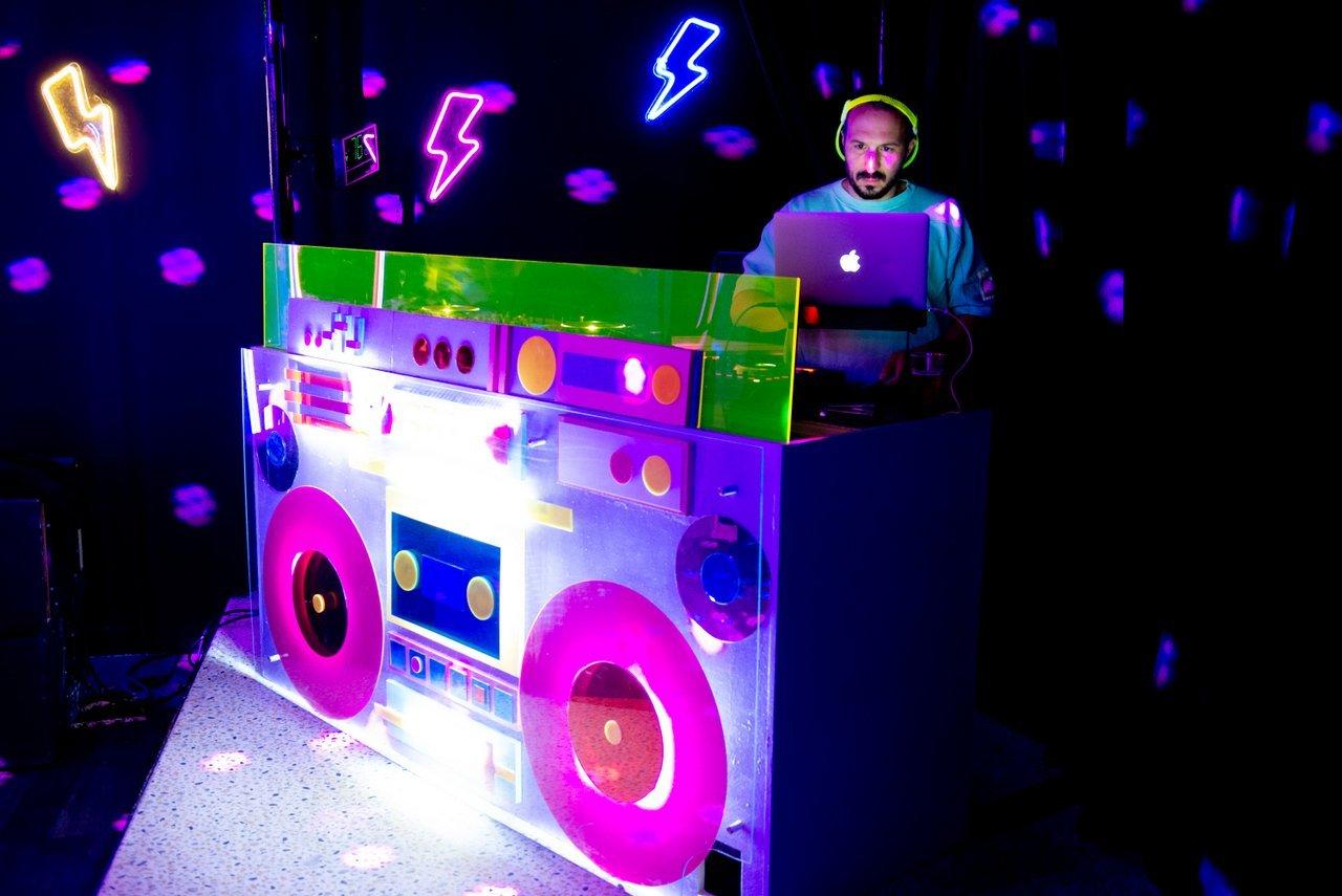 Aux platines de ce Ghetto Blaster votre Hote musical DJ  des soirées We are the 90s