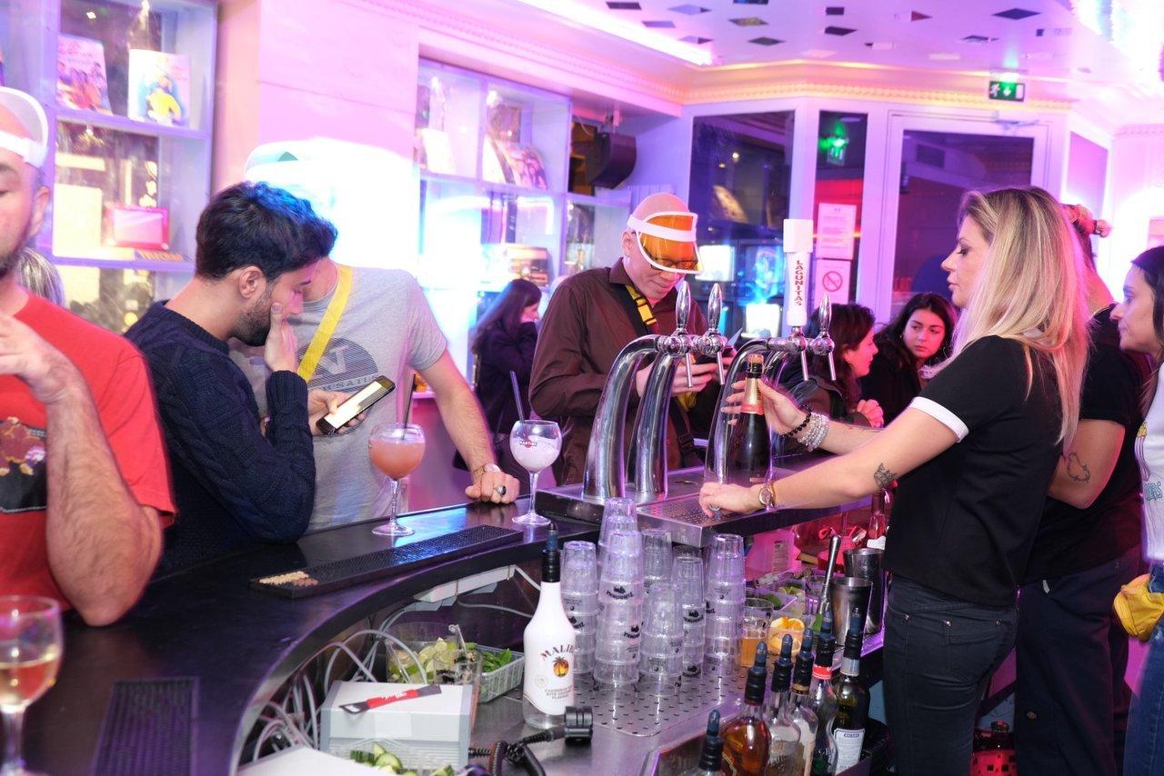 Le bar aux couleurs acidulées