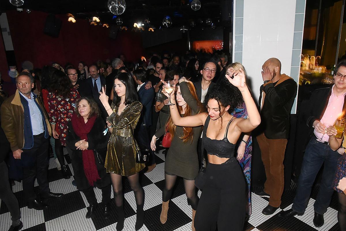 A l' after party Aux Bains on dansotte forcément sur du Gainsbarre «69 année zérotique»
