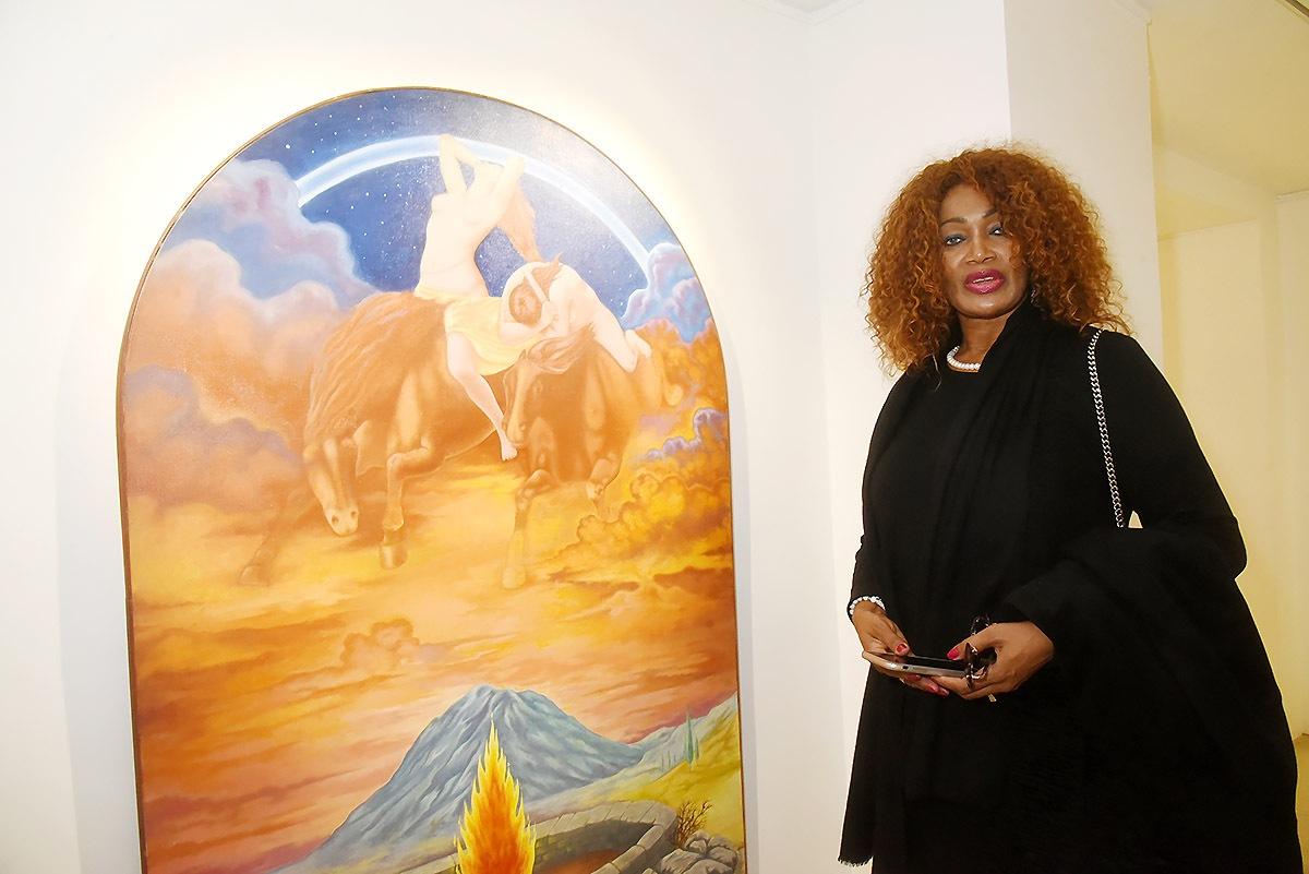 Teresa Pardo pose avec une oeuvre Frederic Pardo son mari