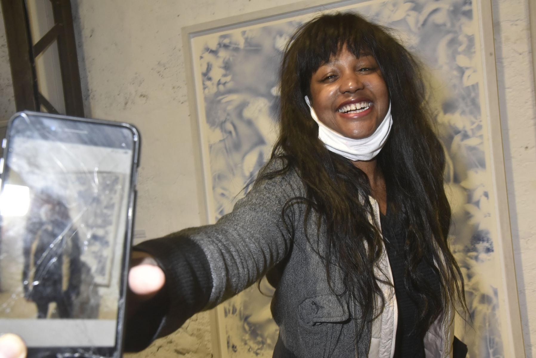 La real de doc/comédienne Aicha Ouattara tapisse la galerie avec son autopotrait