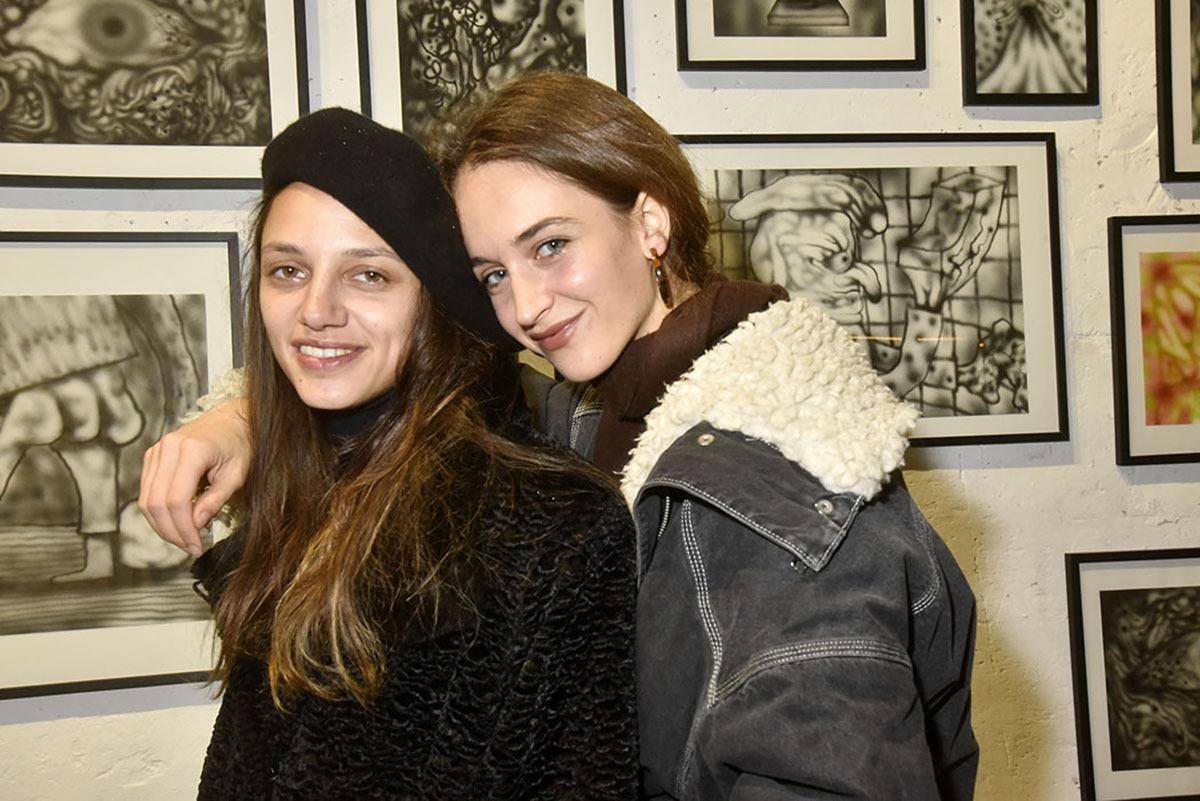 Victoire Partouche et Ophelia Sanderson scoubidoubidouent sur un fond de Shoboshobo