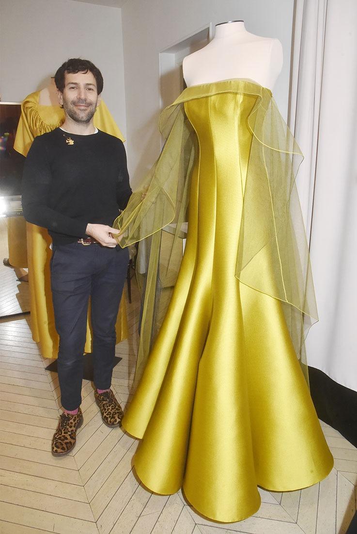 Alexis Mabille fierde  sa longue robe de soie Jaune