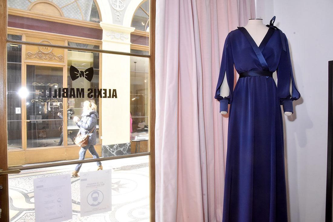 Dans La Galerie Vivienne  Les gens passent mais la robe bleue  en vitrine parade