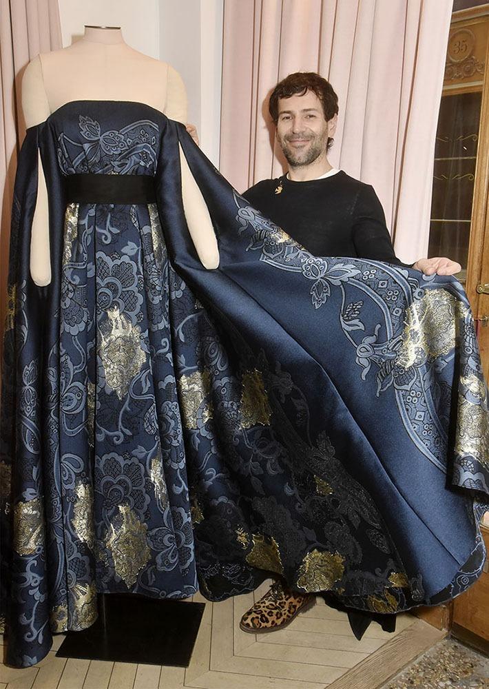 Dans la dentelle ? Que nenni avec cette robe bleue nuit Alexis excelle dans la broderie