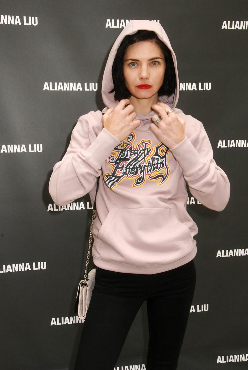 Même encapuchonnée conspi, Delphine Chanéac est trop sweet en sweater !