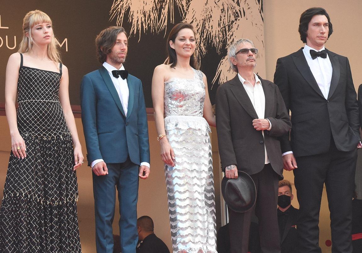 Angele, Simon Helberg, Marion Cotillard,  Leos Carax et Adam Driver« Anette » aime La Croisette