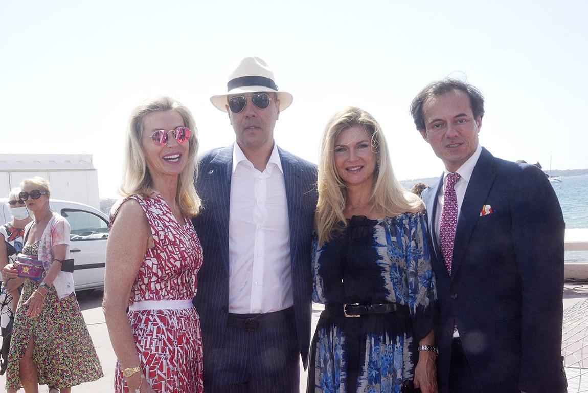 Lorenzo Quinn sur La croisette avec sa Giovanna et ses curators Laura Restelli et Stephane Ruffier Meray