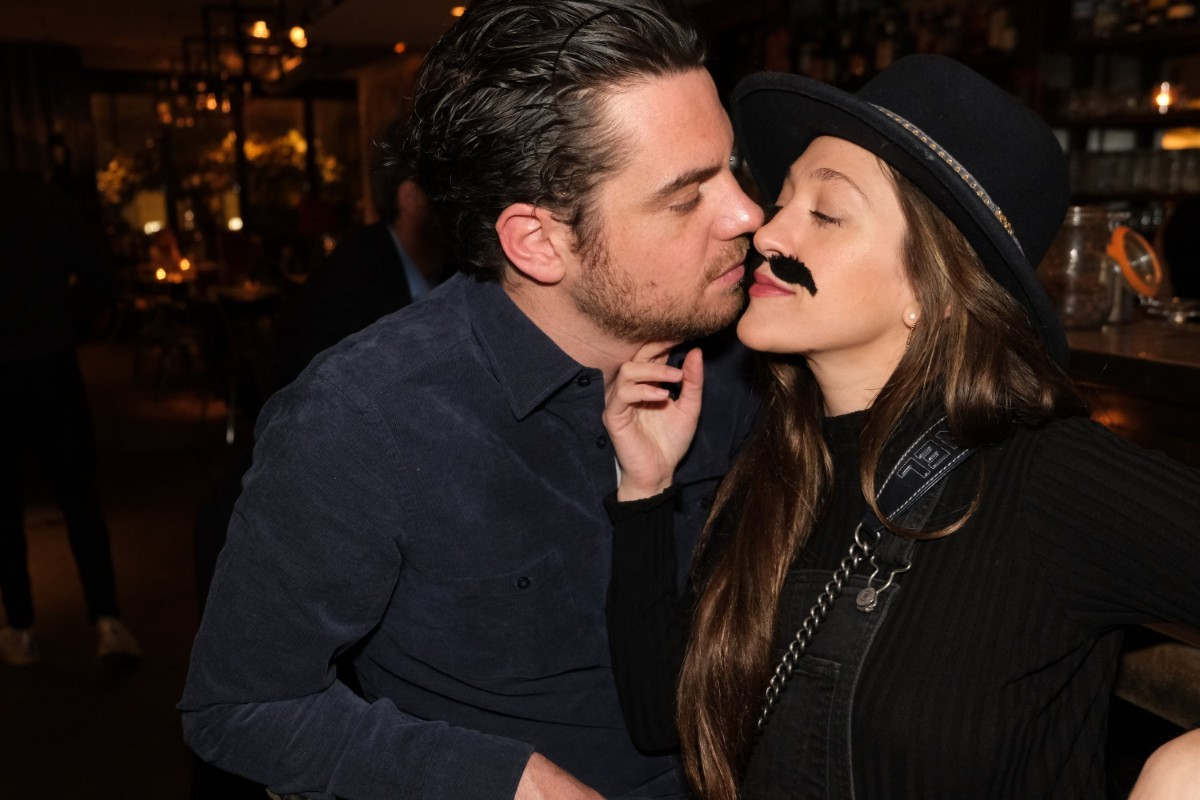 Julie , sa moustache et son chéri.
