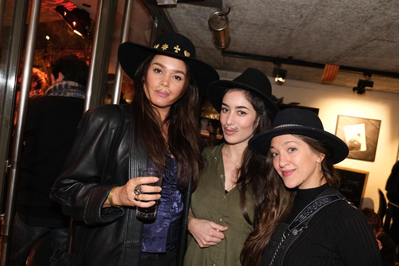 Trio de jolies parisiennes a l'apéro Catalan: Lola Dewaere, Fanny Valette et Julie Peugeot.