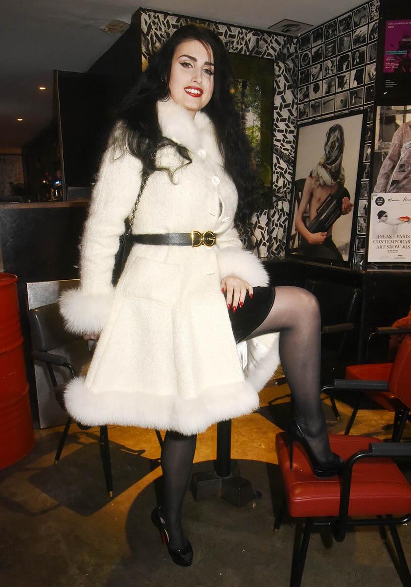 Elsa Oesinger drappée de butte en blanc dans le manteau de l'immaculée conception