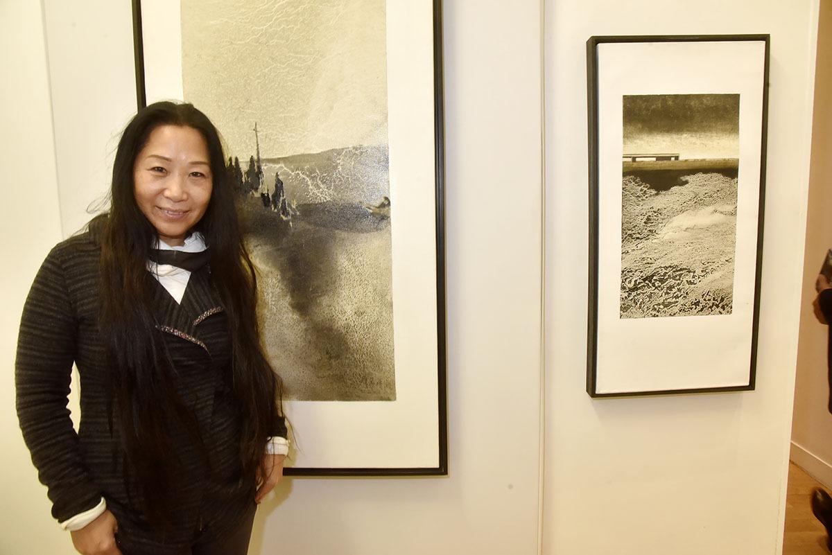 Comme ses estampes l'artiste Li Chevalier papillonne en noir et blanc