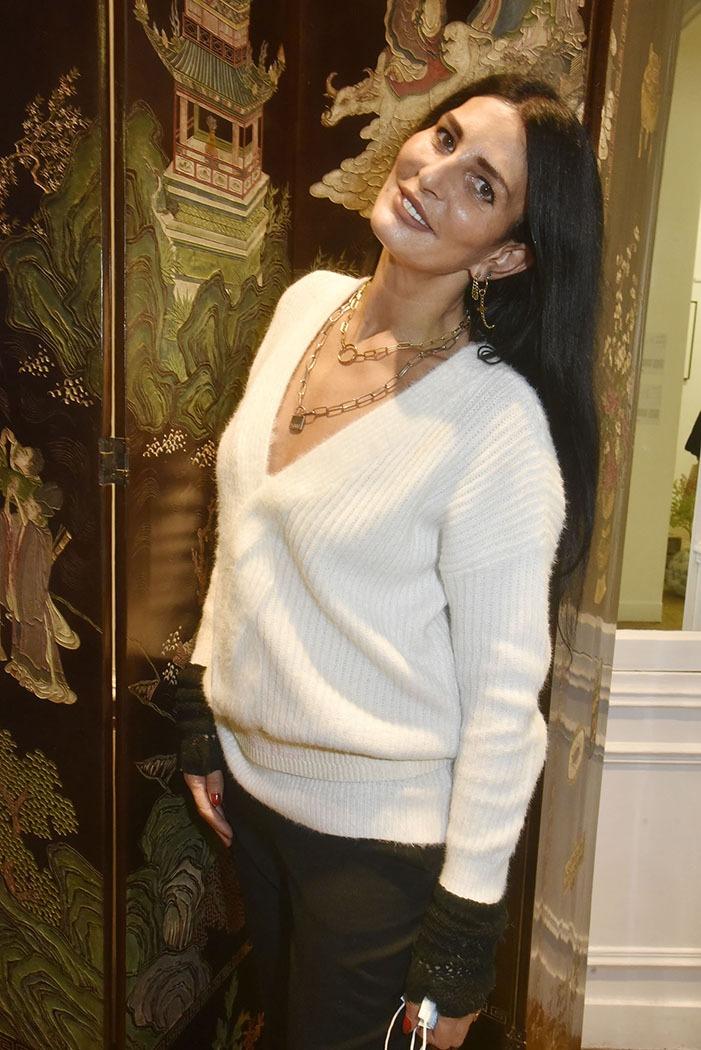 Sylvie Ortega en profite pour exhiber ses bijoux de famille