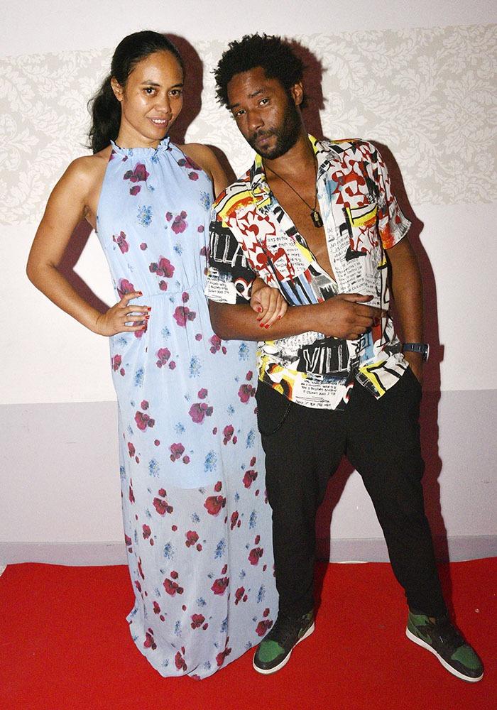 Gabrielle Vaite Boute et DJ DJ Karl Jefferson tapissent en attendent le quart d'heure américain