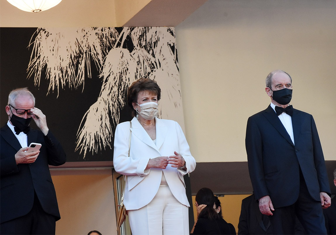 Oh Mazette J'ai pris Roselyne entre nos deux presidents pour la dame qui  en haut des marches contrôle les tests QR