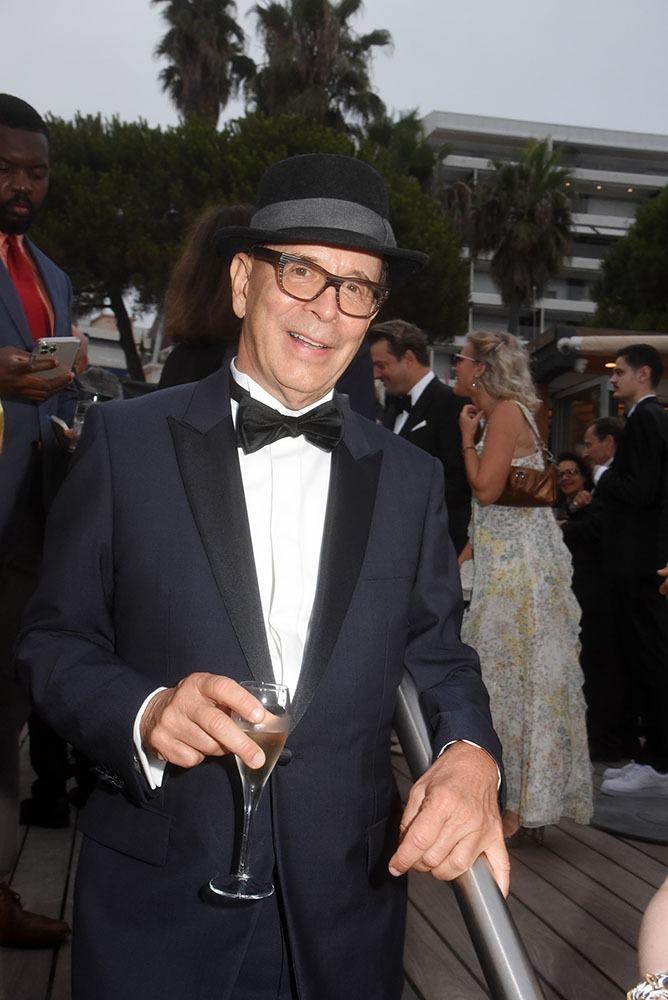 Chapeau Sinatra et noeud pap Cet élégant dandy cest le realisateur Barry Alexander Brown bien impliqué dans cet association