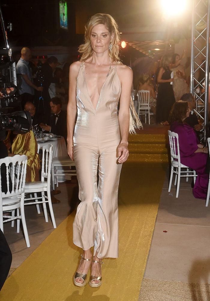 On a droit à un show de mode une Jolie mannequin Blonde débarque en pyjama du soir en soie cela va de soi