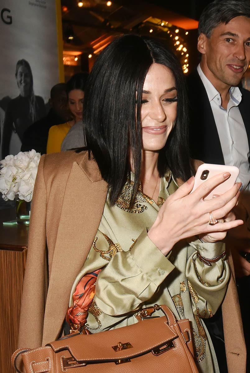 Trop cool Capucine a une App Breitling sur son smartphone qui lui donne lheure