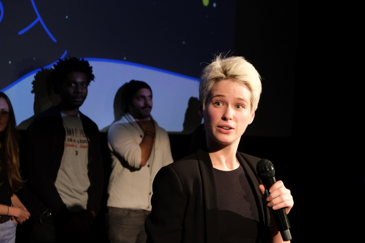 La comédienne de DERNIÈRE LIGNE DROITE , presente pour parler de ce court qui met Gerard Darmon en rôle titre