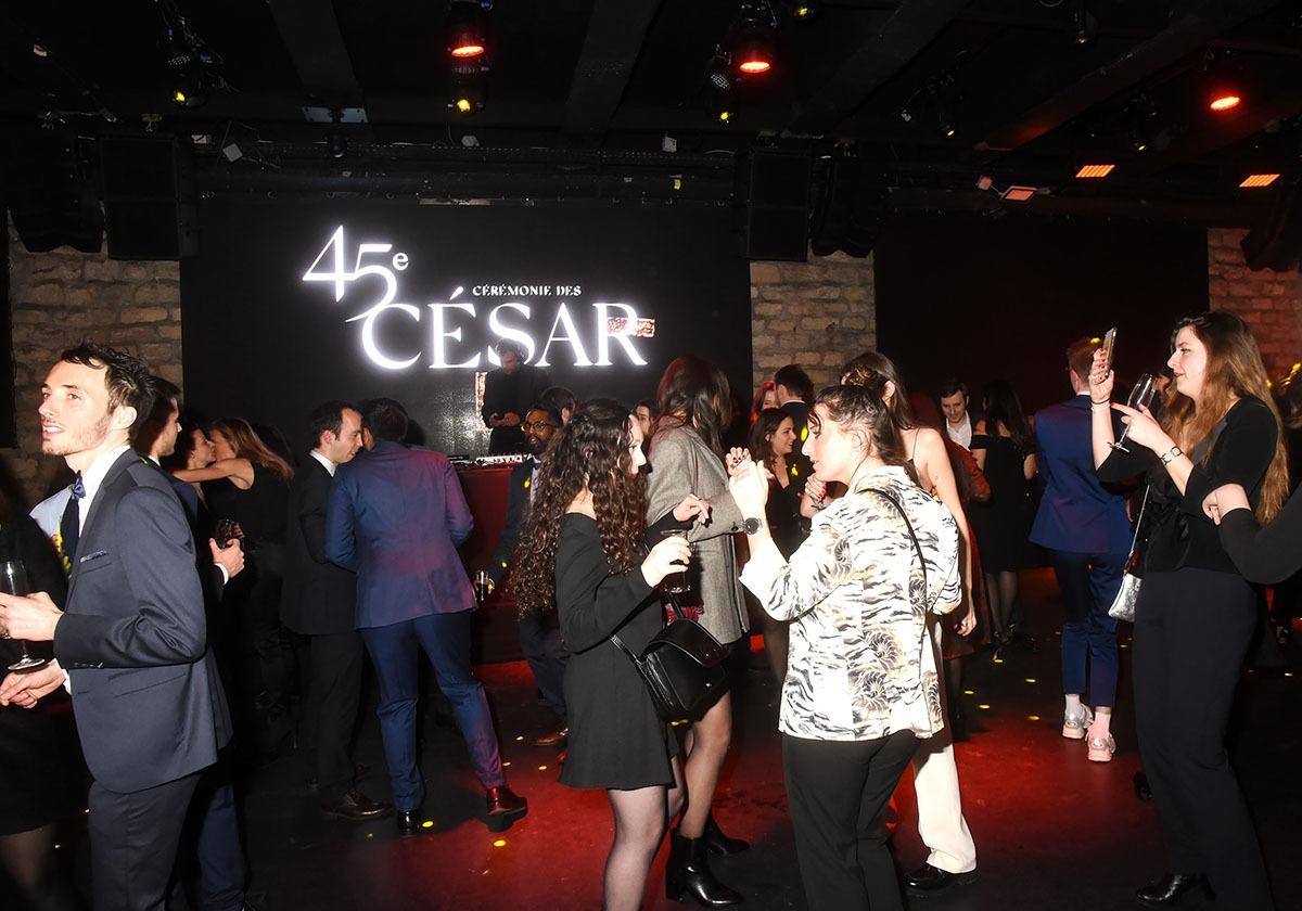 Oui oui Nous sommes bien à la Party des César cest même écrit dessus!