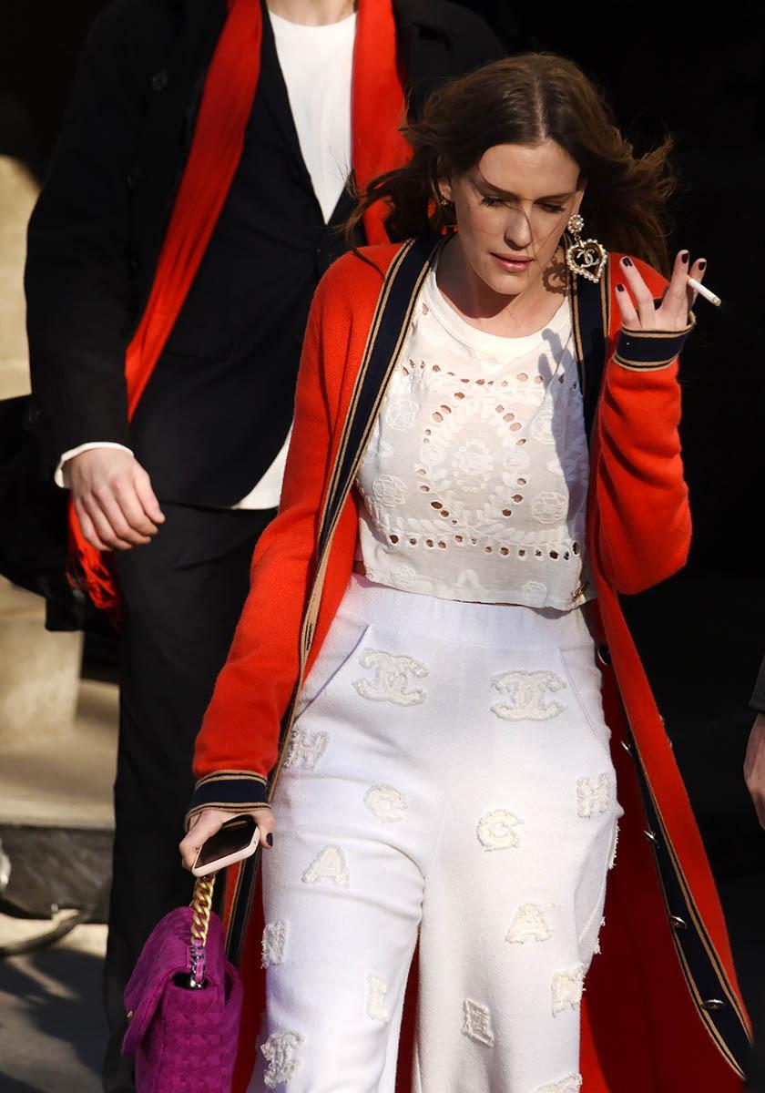 Juliette Dol clope et stendhale dans Le Rouge et Le Blanc