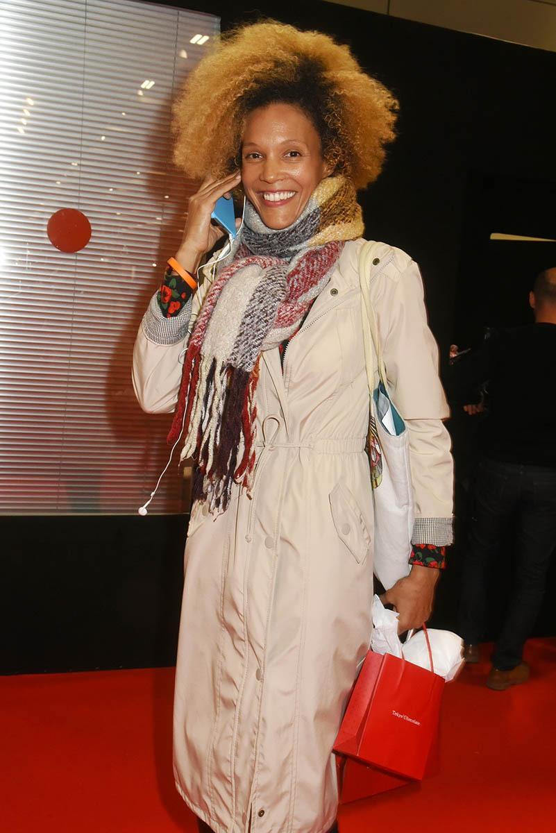 Amanda Scott repart avec son chockybag elle N'a de barre chocolat blanc que son joli sourire