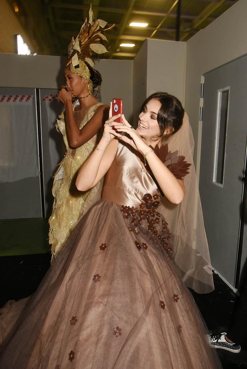 Elle fait des selfies avec un smartphone en chocolat à croquer