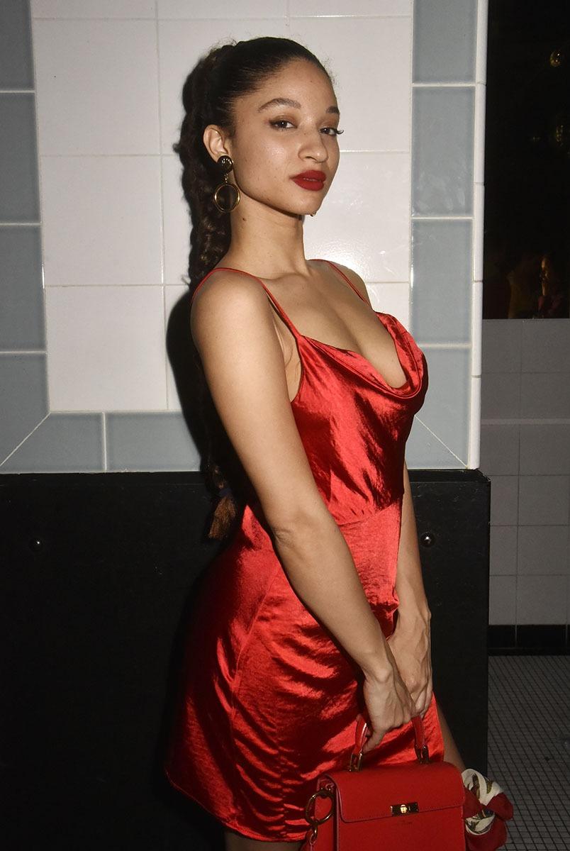 Dans sa belle robe écarlate, carossée comme une GS50, la belle  Manon Zannou actrice du Clip est en pleines formes