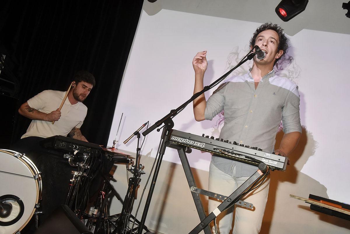 Ils mouillent leurs chemises: Au milieu des Bains coolent Frédéric Rivière et son batteur du groupe «Anorak»