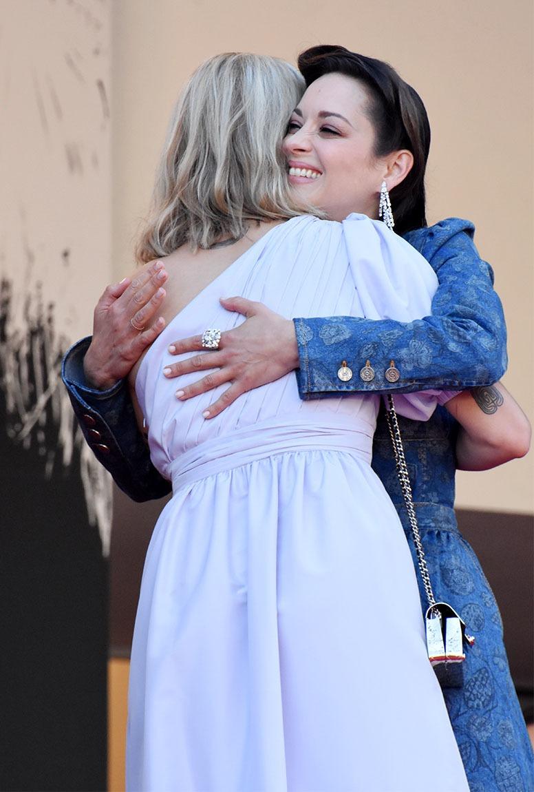 Moi aussi je veux mon huge hug avec Marion Cotillard meme avec un mask