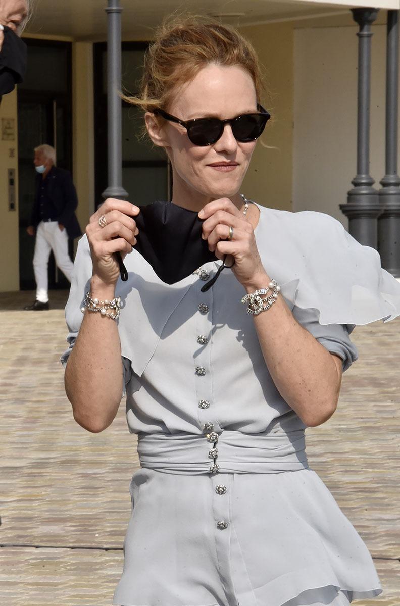 Dans Deauville Vanessa inaugure la place Gabrielle Chanel et à la fin comme tout le monde Vanessa remet son mask