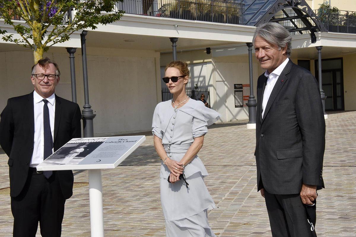 Pendant ce temps en ville entre Bruno Pavlovsky de chez Chanel et Philippe Augier, Vanessa inaugure la place Gabrielle Chanel
